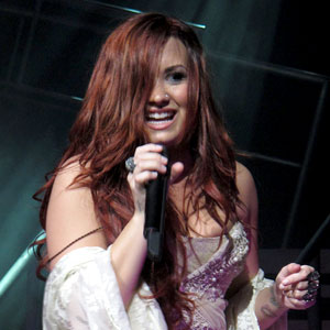 A Demi Lovato se le escapó un seno en pleno concierto...upsssss 1