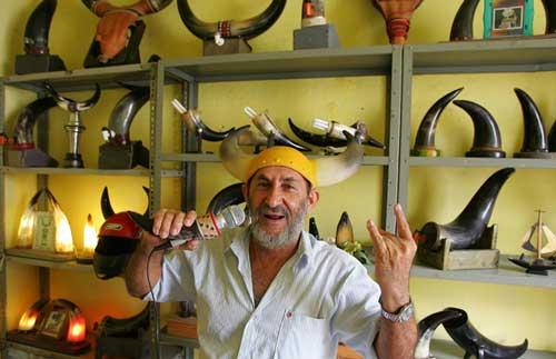 """Presidente de la """"Asociación de Hombres Mal Amados"""" vende su colección de cuernos 0"""