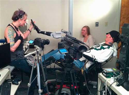 Hombre paralítico mueve brazo robot con la mente, la tecnología no deja de sorprendernos 4