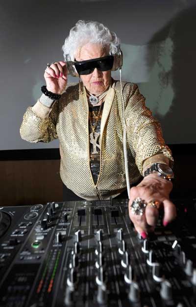 DJ Mamy Rock de Bristol, la abuela DJ, pone a bailar Alemania 1