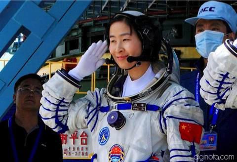 China envía a su primera mujer astronauta al espacio en la nave espacial Shenzhou IX 1