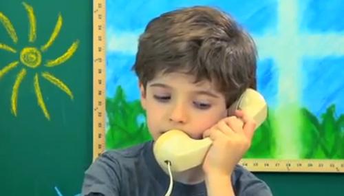 Reacciones de niños cuando se les pide que usen un teléfono de los '80