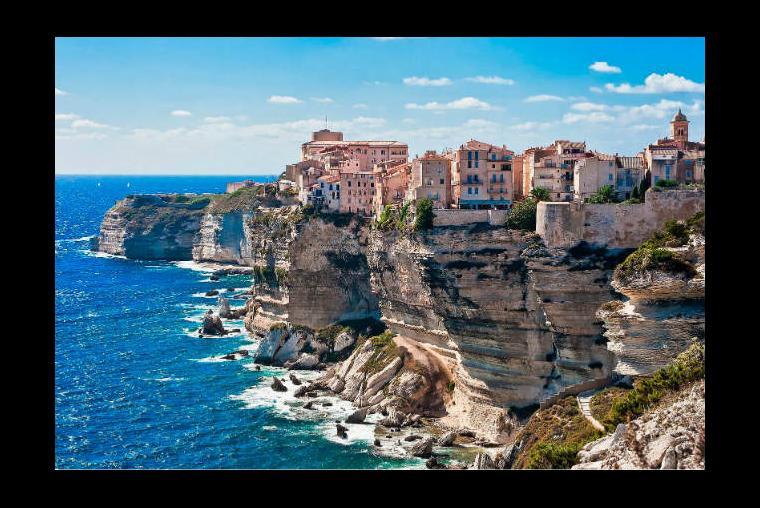 Córcega, Francia Se ha ganado el mote como uno de los lugares más hermosos del mundo y todo tiene una razón de ser, es una isla en el Mediterráneo con diversa geografía, los diversos panoramas que presenta la hacen ser uno de los lugares preferidos del país.