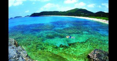 Isla de Okinawa, Japón Okinawa es una histórica isla a unos 400 kilómetros de Japón continental. Su clima tropical hace que sea un lugar ideal para bucear, caminar y pasar el rato en la playa. Si te gusta la naturaleza y la historia, es el lugar perfecto para ti.
