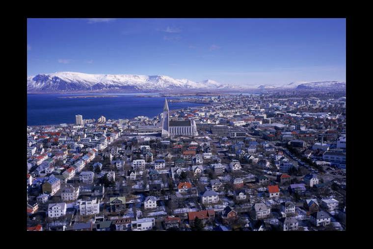 Reykjavik, Islandia Es la capital de Islandia y, sorprendentemente, es una de las ciudades más artísticas que puedes encontrar. Es también la puerta de entrada a la increíble y única naturaleza de Islandia. Si quieres conocer el país, esta es una buena bienvenida.