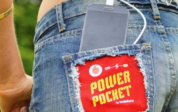 La empresa Vodafone diseña unos 'shorts' con un bolsillo 'inteligente' que transforma los cambios de temperatura en energía para cargar dispositivos móviles Vodafone