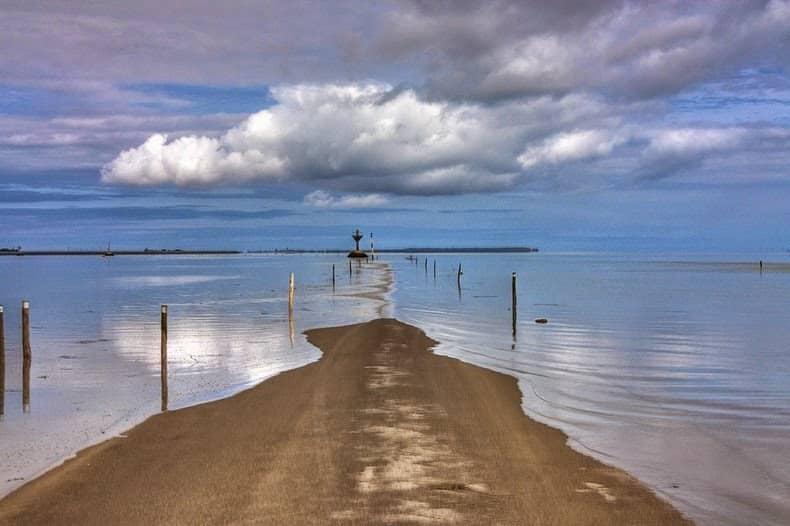 """La curiosa  carretera """"Passage du Gois"""" disponible dos veces y de resto esta bajo el agua 1"""