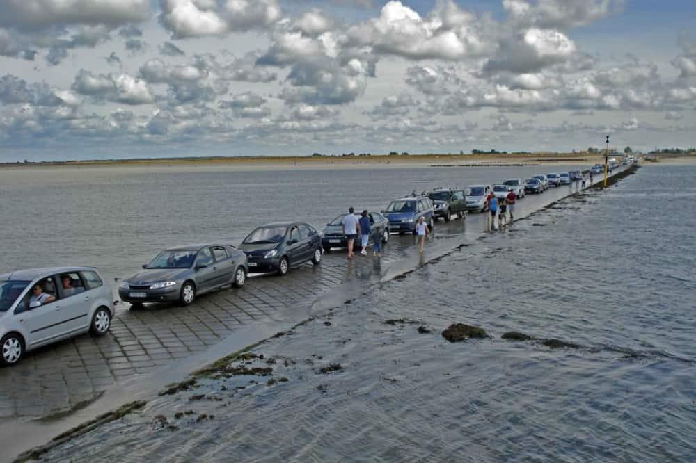 """La curiosa  carretera """"Passage du Gois"""" disponible dos veces y de resto esta bajo el agua 3"""