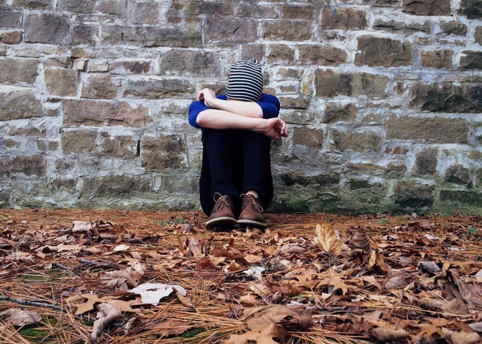 La soledad tan nociva como fumar cigarrillos